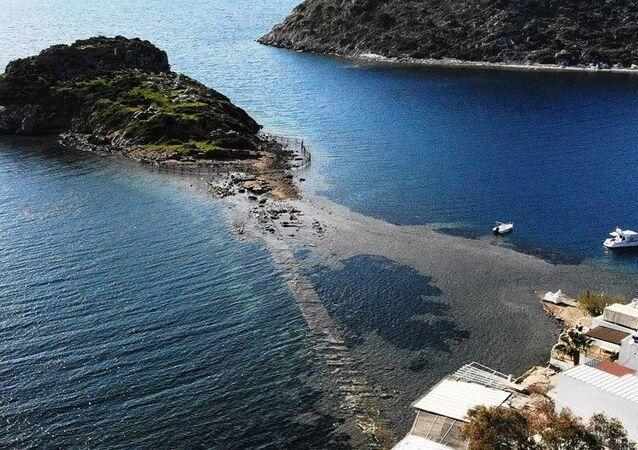 Gümüşlük koyunda aniden çekilen deniz suyu 3 bin 500 yıllık tarihi Mydos kentine giden kral yolunu ortaya çıkardı.