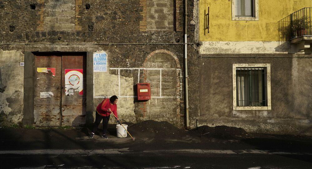 Etna Yanardağı patlamasının ardından İtalya'da temizliğe geçildi