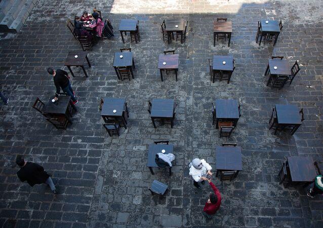 Kovid-19 salgınında vaka sayısının düşük olduğu ve risk haritasında grubunda mavi kategoride olan Diyarbakır'da kontrollü normalleşme süreci başladı. Kontrollü normalleşme ile birlikte Diyarbakır İl Umumi Hıfzıssıhha Kurulu'nun kararı ile Diyarbakır Valiliği daha önce kentte alınan kısıtlamaların yürürlükten kaldırıldığını duyurdu.   Karar ile birlikte kahvehaneler, kafeler, lokanta ve restoran gibi işyerleri bugün ilk müşterilerini ağırladı. Diyarbakır Esnaf ve Sanatkârlar Odaları Birliği (DESOB) kayıtlarına göre 850 esnaf kepenk kapattığı 35 bin kişinin işsiz kaldığı Diyarbakır'da normalleşmenin ilk gününde işyerlerinin boş kalması dikkat çekti. Sokaktaki hareketliliğin eskisi gibi seyrettiği kentte, kahveler ve kafeler eski ilgiyi görmedi.