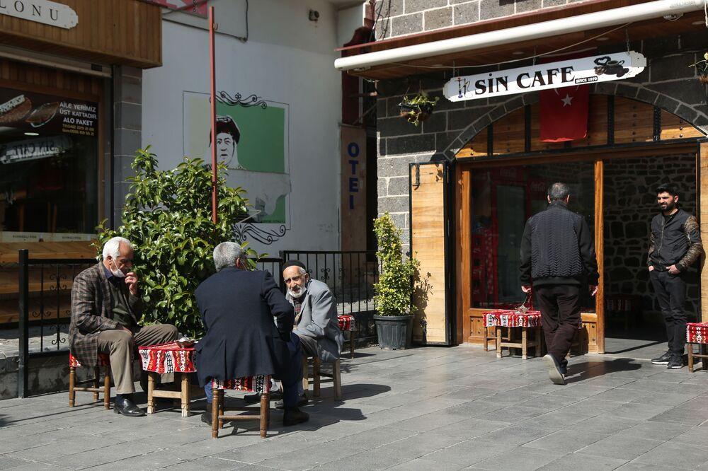 """Genelge kapsamında düşük risk grubunda yer alan Diyarbakır'da esnaflar, 4 ayın ardından saat 07.00 itibariyle dükkanlarını açmaya başladı. İşyerlerinin önünü temizleyen esnaf, ilk çayını demleyerek müşteri bekledi. Bunlardan biri de kahveler. Kahveler ilk gün boş kalırken, gelen müşteriler açık havada oturmayı tercih etti. Sabah saatlerinde işyerini temizleyen Mehmet Pekiş adlı kahvehane işletmecisi, normalleşmeden memnun olsa da kafasında halen soru işaretleri var.   Pekiş """"Normalleşme oldu, iyi oldu ama bizim için normalleşmenin sınırları önemli. Mesela, oyun olacak mı olmayacak mı? Kapasite kısıtlaması olacak mı olmayacak mı? Bizim için bunlar önemli. Yüzde 50 kapasite sınırlaması getirilirse bizim için yasakla arasında bir fark yok zaten"""" dedi."""