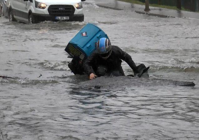 İstanbul'da su borusu patladı, moto kurye açılan çukura düştü