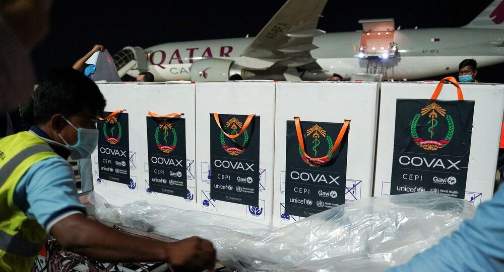 Covax'ın Kamboçya'ya gönderdiği Oxford-AstraZeneca aşıları kutu kutu indirilirken