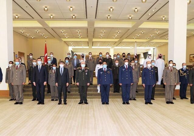 Katar Savunma Bakanlığı, Ortak Askeri Yüksek Komitenin üç gün süren üçüncü toplantısının sonunda Türkiye ile yeni iş birliği anlaşmaları imzaladığını duyurdu. Bakanlıktan yapılan yazılı açıklamada, Katar Genelkurmay Başkanı Korgeneral Ganim bin Şahin el-Ganim (sağ 5), Türkiye Genelkurmay Başkanı Orgeneral Yaşar Güler (sol 5), Türkiye'nin Doha Büyükelçisi Mehmet Mustafa Göksu (sol 4) ve Doha'daki Katar Türk Birleşik Müşterek Kuvvet Komutanı Tuğgeneral Baybars Aygün'ün yanı sıra her iki ülkeden bazı üst düzey subayların katılımıyla düzenlenen Ortak Askeri Yüksek Komite toplantısının sona erdiği belirtildi.