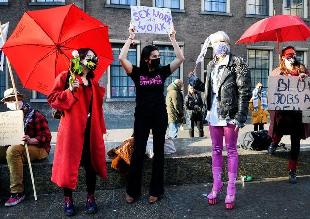 Genelevleri ve seks işçilerinin kendilerini sergiledikleri vitrinlerle ünlü  Red Light bölgesinin önemli turizm merkezlerinden biri olduğu Hollanda'da parlamentonun önünde toplanan onlarca seks işçisi ellerinde kırmızı şemsiyelerle kendilerinin de düşünülmesini talep etti.
