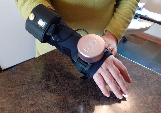 Britanya merkezli şirketGyroGear'in ürettiği 'gyro glove' yani jiroskop eldivenin Parkinson ve ET hastalarını rahat ettirdiği belirtildi.