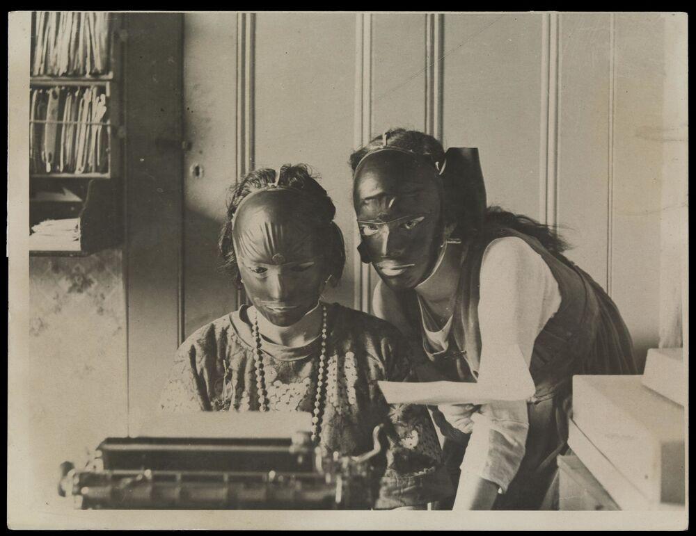 Yüz kırışıklıklarının ortadan kaldırılması için kullanılan kauçuk yüz maskeleri