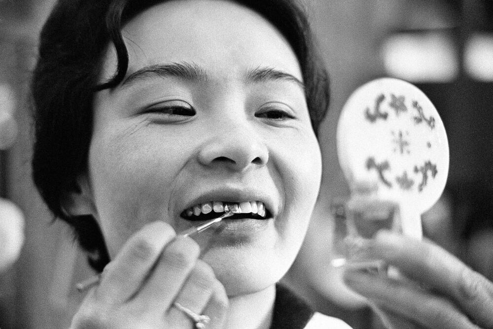 Siyah dişler M.S. 200'lerin başında Pasifik Adaları, Güney Amerika ve Uzakdoğu Asya 'da statü ve aynı zamanda güzelliğin bir sembolü haline gelmişti. Dişleri karartmak için kullanılan kimyasal bileşenler sebebiyle bu trend şiddetli reaksiyonlara neden olmuş ve sonunda 1870'te Japonya hükümeti bu uygulamayı yasaklamış.