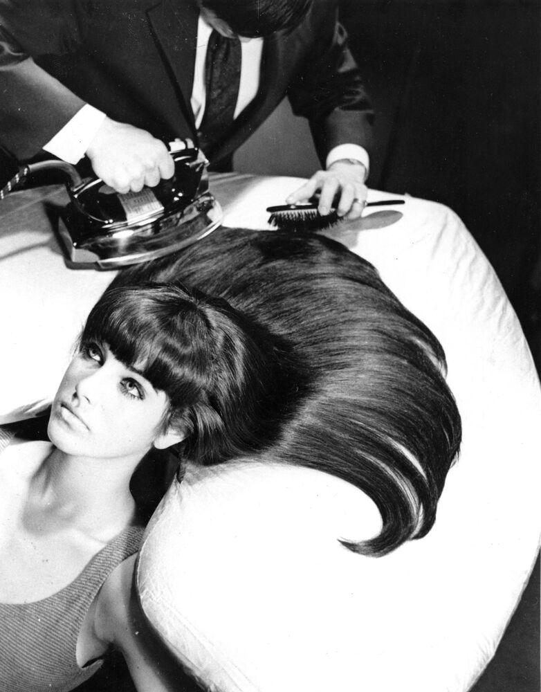 20. yüzyılın ortasından itibaren saçların düzleştirilmesi için sık sık sıcak ütü kullanılıyordu. ABD, 20 Ekim 1965