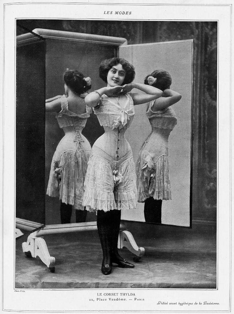 Kadınlara kum saati görünümünü veren korse başlarda zararsız ve sıradan bir kıyafet olsa da zamanla oldukça tehlikeli bir hal aldı.  Bbalolarda en ince bele sahip olmak isteyen bazı kadınlar korse iplerini sıkabildikleri kadar sıkmaya başlamışlar. Nefes almayı zorlaştıran bu  durum  zaman zaman kadınların bayılması ile sonuçlanmış. Fotoğrafta: Fransız moda dergisinde yayınlanan korse takmış bir kadının fotoğrafı, 1908