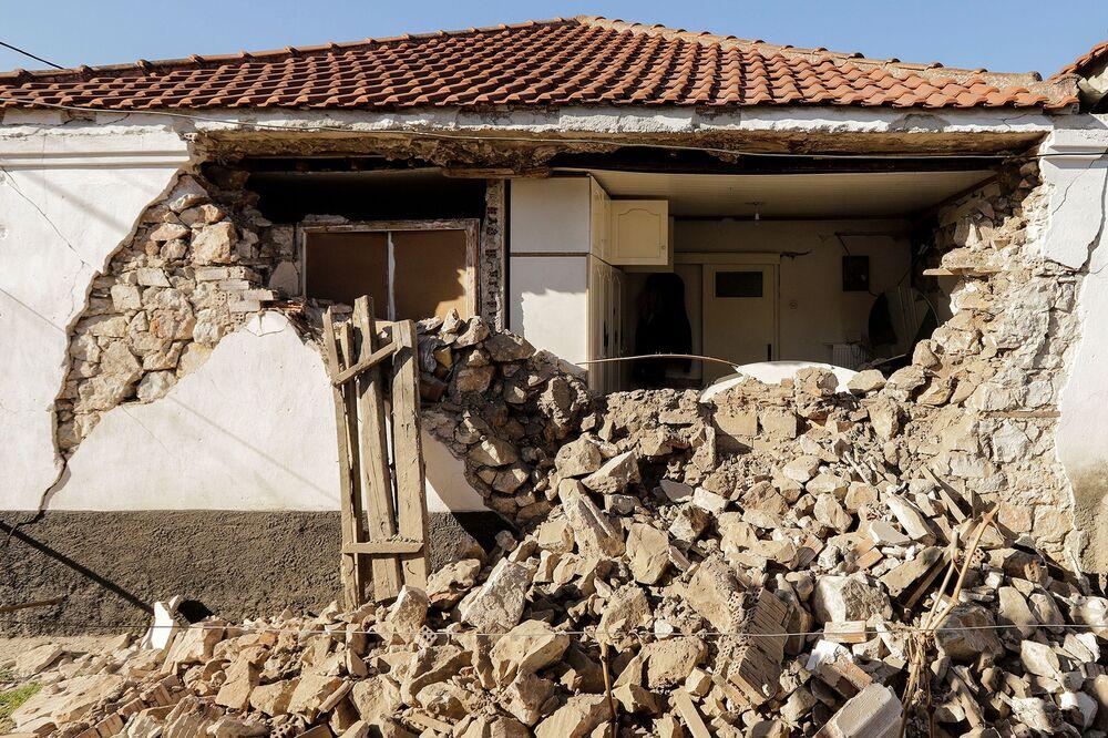 Yunanistan'da meydana gelen deprem sonucu hasar gören ev