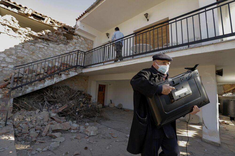 Tesalya, Volos, Selanik, başkent Atina ve Meriç'e kadar geniş bir alanda hissedilen deprem nedeniyle haberleşmede aksaklıklar yaşandığı, Elassona'da yıkılan bir evin enkazından bir kişinin yaralı olarak kurtarıldığı kaydedildi