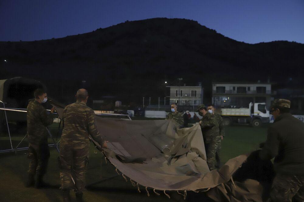 Yunan askerleri, depremzadeler için çadırlar kurarken