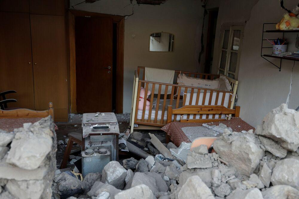 Depremde Mesochori köyünde bir evin yıkılması sonucu evde yaşayan bir kişi göçük altında kaldı. Özel Afet Yönetim Birimleri tarafından kurtarılan kişinin sağlık durumunun iyi olduğu bildirildi.