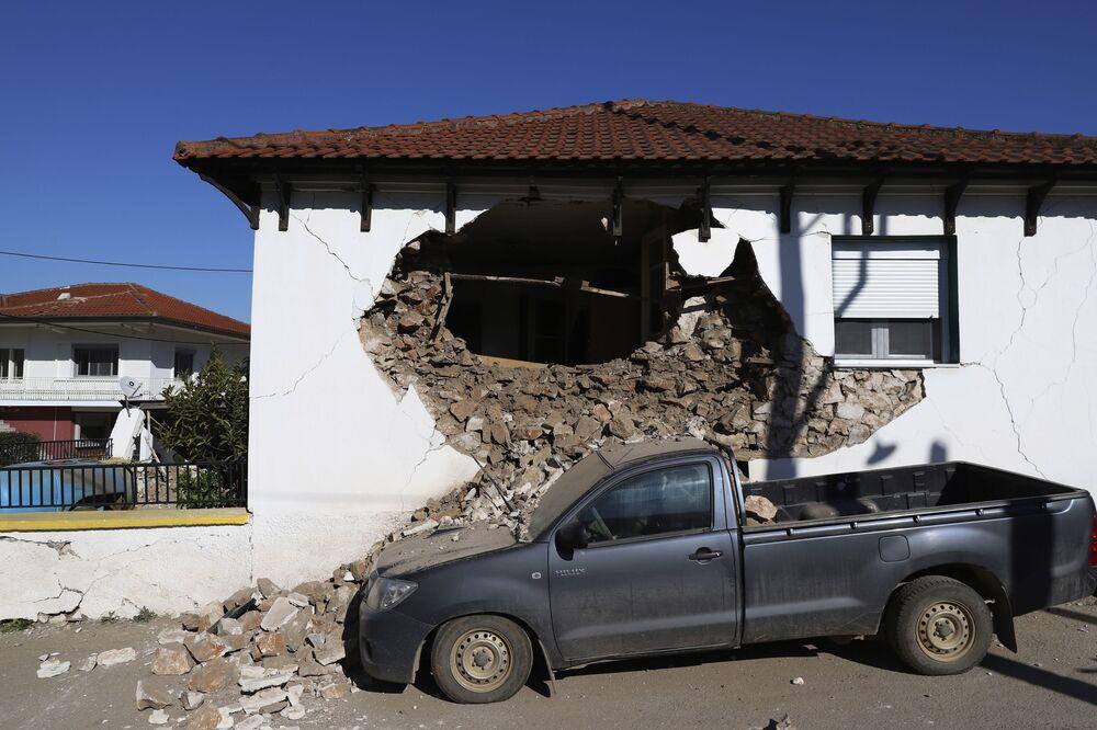 Yunanistan medyasında dün meydana gelen depremde Tırnova bölgesindeki Meschori ve Damasi köylerindeki onlarca evin hasar gördüğü ve bazılarının da yıkıldığı belirtildi