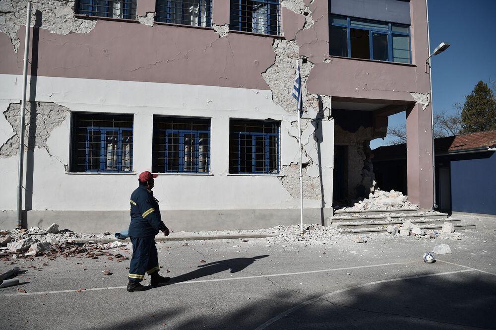 Damasi köyünde bulunan ve 1938 yılında inşa edilen bir okulun yıkıldığı belirtildi. Deprem sırasında okulda 63 öğrencinin sınıfta ders işlediği ancak okul yıkılmadan önce tahliye edildikleri bildirildi.