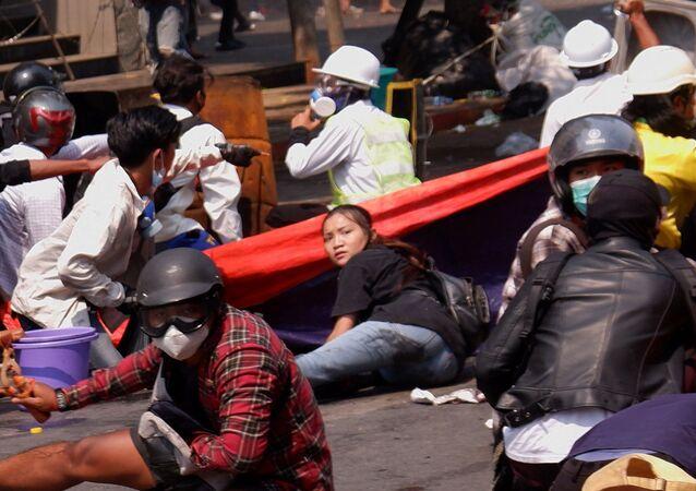 Myanmar'ın Mandalay kentinde 19 yaşındaki Kyal Sin'in güvenlik güçlerinin darbe karşıtı protestoculara müdahalesinde başından vurulup ölmeden önce yerde yatarken görüntüsü