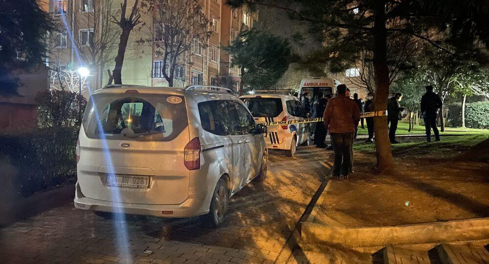 Başakşehir'de emekli bir subay, iddiaya göre kumar borcunu ödemek için para istediği ve ret cevabı aldığı eşini silahla vurarak öldürdü. Polis ekipleri olay sonrası kaçan şahsı yakalamak için geniş çaplı çalışma başlattı.