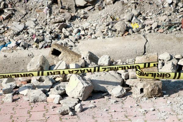 Adana'da 5'inci sınıf öğrencisiPınar Tutak(12), yüz yüze eğitimin başladığı ilk gün, öğretmenleri ve arkadaşlarını görmek için gittiği mezun olduğu ilkokulda, yıkılan bahçe duvarının altında kalıp hayatını kaybetti.