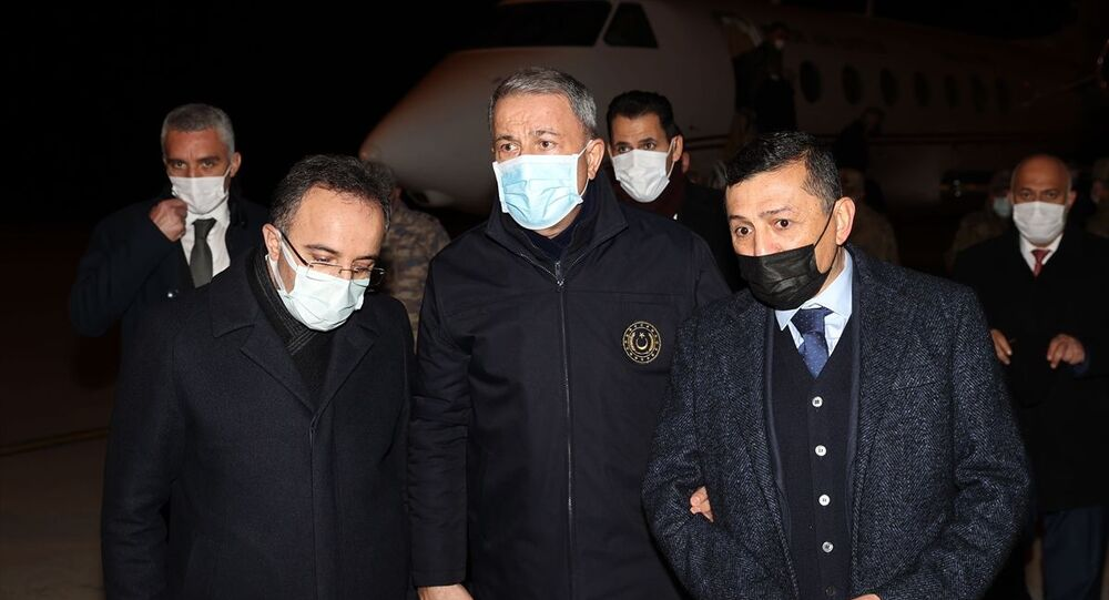 Milli Savunma Bakanı Hulusi Akar (ortada), beraberinde Genelkurmay Başkanı Orgeneral Yaşar Güler ve Kara Kuvvetleri Komutanı Orgeneral Ümit Dündar ile Tatvan'da askeri helikopterin kaza kırıma uğramasına ilişkin incelemelerde bulunmak üzere Elazığ'a geldi. Akar, basın mensuplarına açıklama yapmadan önce, askeri helikopterin kaza kırıma uğraması sonucu şehit olan 8'inci Kolordu Komutanı Korgeneral Osman Erbaş'ın amcasının oğlu MHP Kütahya Milletvekili Ahmet Erbaş (sağda) ile görüştü.