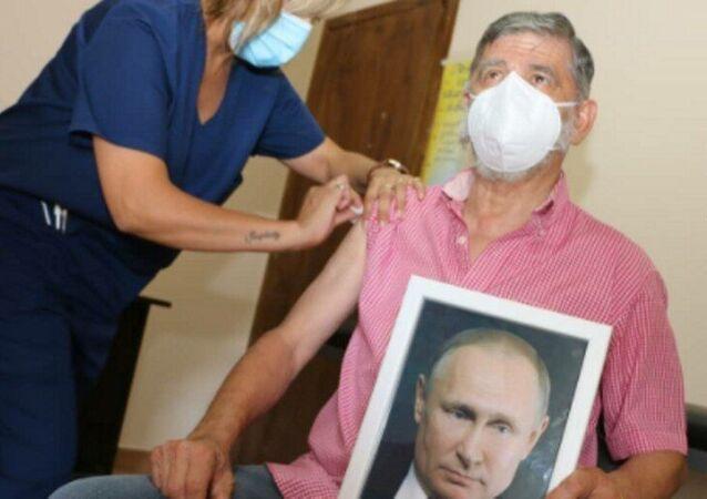 Arjantinli belediye başkanı, neden elinde Putin'in portresiyle aşı olduğunu açıkladı