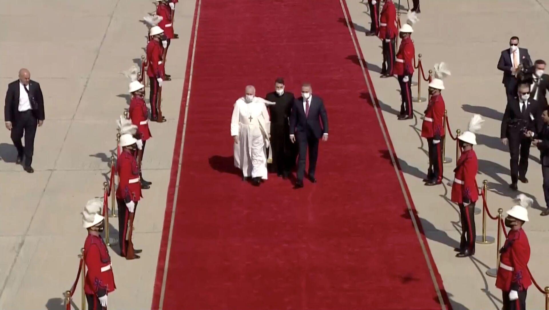 Irak Başbakan Mustafa Kazimi, tarihte Irak'ı ziyaret eden ilk Papa olan Francis'i Bağdat Havaalanı'nda kırmızı halı sererek karşıladı. - Sputnik Türkiye, 1920, 05.03.2021