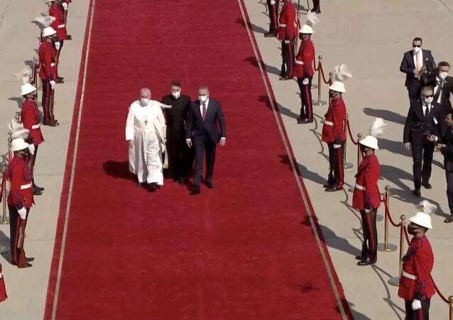 Irak Başbakan Mustafa Kazimi, tarihte Irak'ı ziyaret eden ilk Papa olan Francis'i Bağdat Havaalanı'nda kırmızı halı sererek karşıladı.