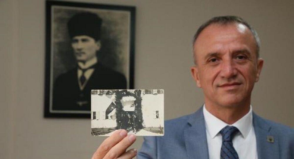 Atatürk'ün kaldığı konağın önünde çekilmiş ve bugüne kadar hiçbir yerde de yayınlanmış orijinal bir fotoğrafı