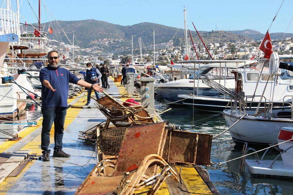 """Dalgıç eğitmeni olan Kenan Doğan bu çöpleri atanların da profesyonel denizcilerin olduğunu söyleyerek, """"Buraya gelen turistin bu çöplerde çok fazla etkisi olduğunu düşünmüyorum. Bazıları kaza ile düşmüş olabilir ama gördüğünüz gibi denizin altında yok yok. Kızartma tavasından, marangoz işkencesine, lastiğinden şarap şişesine maalesef denizimizin dibi bu durumda"""" dedi."""