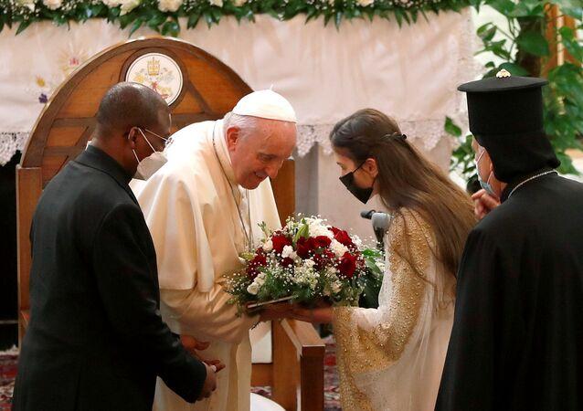 Tarihi Irak ziyaretindeki Papa Francis, Bağdat'ın Karrada semtinde 2010'da IŞİD'in öncülünün saldırısına uğrayan ve onlarca kişiye mezar olan Kurtarıcı Annemiz Kilisesi'nde karşılanırken