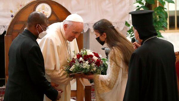 Tarihi Irak ziyaretindeki Papa Francis, Bağdat'ın Karrada semtinde 2010'da IŞİD'in öncülünün saldırısına uğrayan ve onlarca kişiye mezar olan Kurtarıcı Annemiz Kilisesi'nde karşılanırken - Sputnik Türkiye