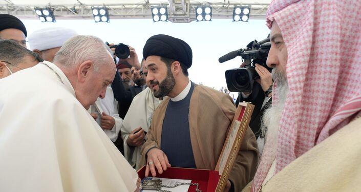 Katoliklerin dini lideri Papa Franciscus (ortada), Irak ziyareti kapsamında, Hazreti İbrahim'in doğum yeri olduğuna inanılan Zikar (Nasiriye) vilayetindeki Ur kentine geldi. Ur kentinde Papa'yı Müslüman ve Hristiyan din adamları karşıladı.