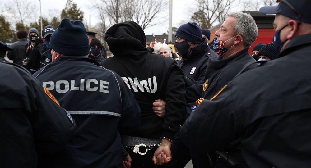 ABD'nin New York eyaletinde, eski başkan Donald Trump destekçileri ile itfaiye birimine asılan ırkçı bayrağın kaldırılmasını talep eden karşıt grup arasında çıkan arbedede en az 3 kişi gözaltına alındı.