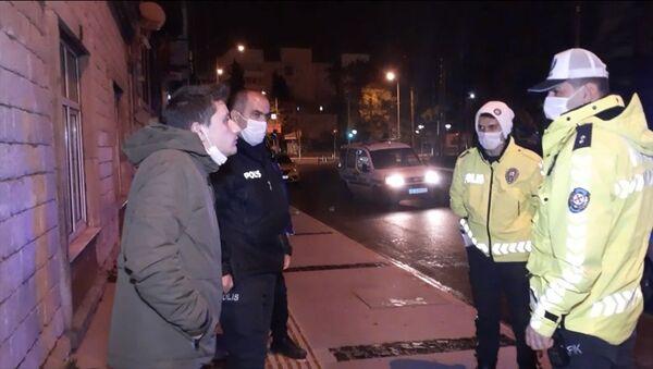 İzmir'in Konak ilçesindeyeni tip koronavirüs(Kovid-19) tedbirleri kapsamında uygulanan sokağa çıkma kısıtlamasında alkollü ve ters yönden araç kullanan sürücüye para cezası uygulandı, ehliyetine el konuldu. - Sputnik Türkiye