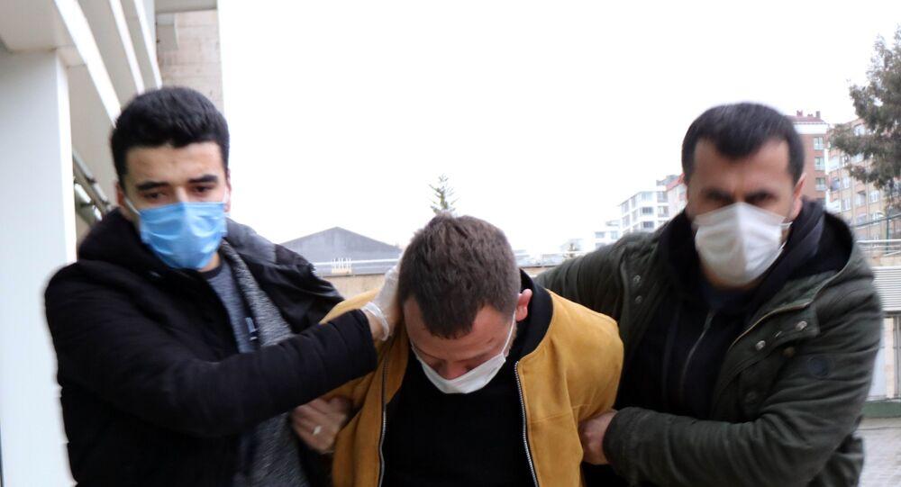 Samsun'da boşandığı eski eşini çocuğunun gözü önünde defalarca tekmeleyerek döven İbrahim Z., adliyeye çıkartıldı.