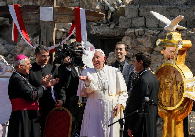 Papa Francis, eski şehirdeki kilise meydanında Musul'un tüm savaş kurbanları için dua etti ve barış güvercini havalandırdı.