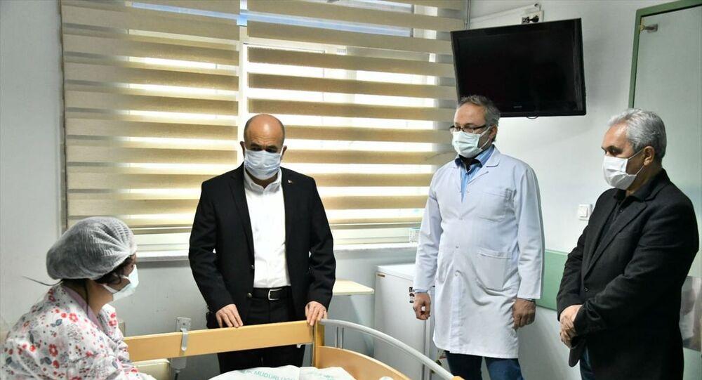 Samsun Valisi Zülkif Dağlı (solda), Samsun'un Canik ilçesinde eski eşi tarafından darp edilen ve tedavi altına alınan E.M'yi ziyaret etti.