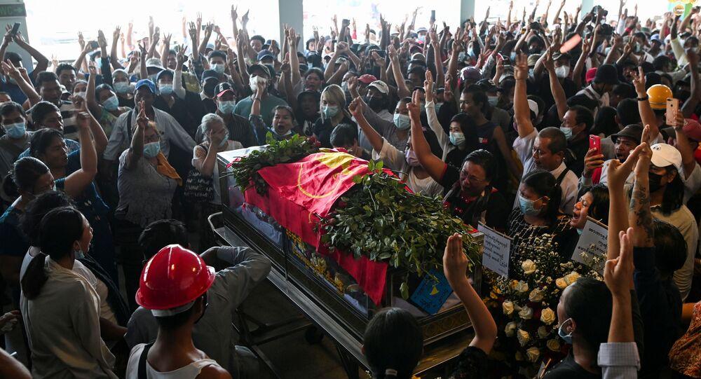 Darbe karşıtı protestolarda öldürülenlerden birinin cenaze töreni, Yangon, Myanmar