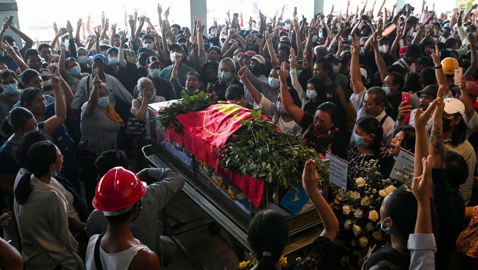 Darbe karşıtı protestolarda öldürülenlerden birinin cenaze töreni, Yangon, Myanmar - Sputnik Türkiye, 1920, 04.07.2021