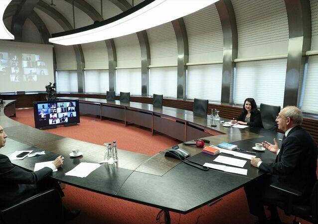 CHP Genel Başkanı Kemal Kılıçdaroğlu, lise ve üniversite öğrencileri ile yeni mezun işsiz gençlerle video konferans toplantısında bir araya geldi.