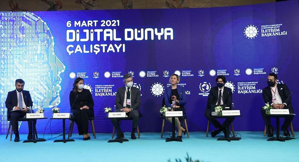 Cumhurbaşkanlığı İletişim Başkanlığının destekleriyle Anadolu Yayıncılar Derneğince düzenlenen Dijital Dünya Çalıştayı'nda Yeni İletişim Teknolojileri-Yeni Tür Yayıncılık ve Türkiye'nin Tanıtımı başlıklı oturum düzenlendi. Moderatörlüğünü Cumhurbaşkanlığı İletişim Başkan Yardımcısı İbrahim Uslu'nun (solda) yaptığı oturuma Netflix Kamu Politikaları Direktörü Pelin Mavili (sol 2), Exxen Genel Müdürü Ümmü Burdan Arda (sağ 3), Bein Medya Grup Genel Müdür Yardımcısı Onur Günel (sol 3), Blu TV Genel Müdürü Aydın Doğan Yalçındağ (sağ 2) ile Türk Telekom TV / OTT İçerik ve Platform Direktörü Muhammed Varol (sağda) katıldı.