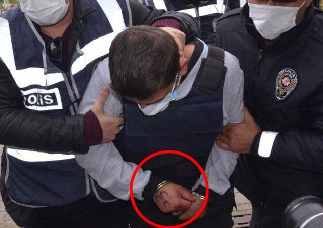 İçişleri Bakanlığı, Aydın'da dün evinde ölü bulunan92 yaşındaki kadının katil zanlısının, adliyeye sevkisırasında elindeki dövmeningörülmesindebir ihmal ya da kasıt bulunup bulunmadığının soruşturulması için 2 başmüfettiş görevlendirildiğini bildirdi.