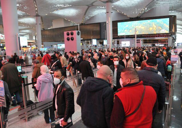 İstanbul Havalimanı son dönemlerin en yoğun günlerinden birini yaşadı. Pasaport bankolarının önünde oluşan uzun kuyruklar kameraya yansıdı.