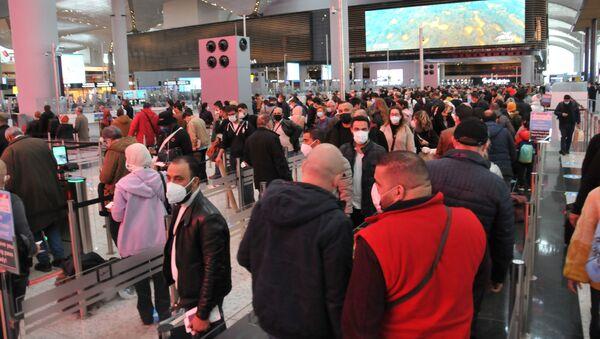 İstanbul Havalimanı son dönemlerin en yoğun günlerinden birini yaşadı. Pasaport bankolarının önünde oluşan uzun kuyruklar kameraya yansıdı. - Sputnik Türkiye