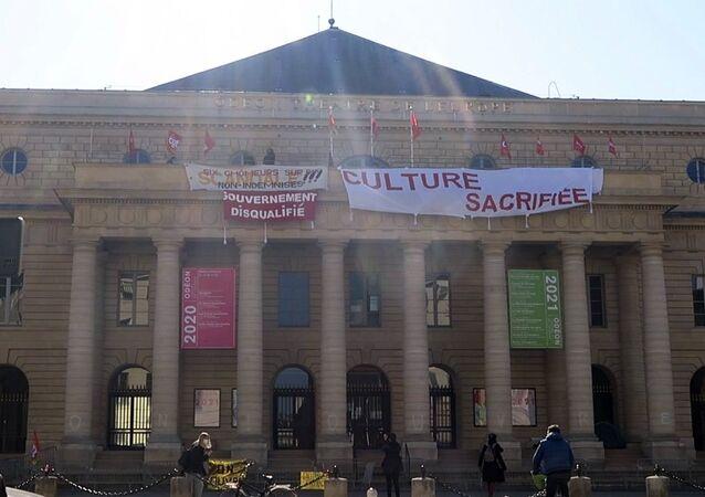 Fransa'nın başkenti Paris'te bulunan tarihi Odeon Tiyatrosu'nda perşembe gününden bu yana kültür sektörü çalışanlarının işgali devam ediyor.