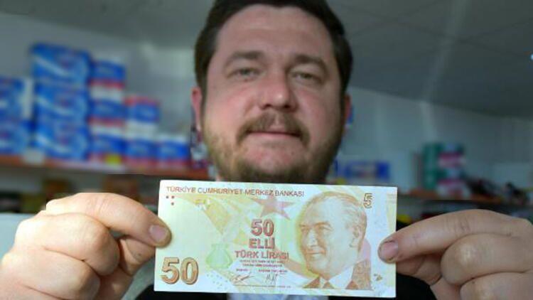 Kırklareli'de market sahibi Okan Er, hatalı basım olduğunu öne sürdüğü sağ üst köşesinde '50' yerine '5' yazan 50 TL'lik banknotu satışa çıkardı.