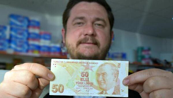 Kırklareli'de market sahibi Okan Er, hatalı basım olduğunu öne sürdüğü sağ üst köşesinde '50' yerine '5' yazan 50 TL'lik banknotu satışa çıkardı - Sputnik Türkiye