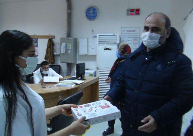 Doktor, kendisini tehdit eden hasta ile personele pizza ısmarlaması karşılığında uzlaştı