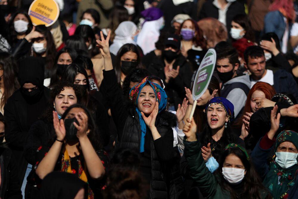 Yöresel kıyafetli kadınların renkli görüntüler oluşturduğu kadın mitingi, öldürülen kadınların anısına yapılan saygı duruşu ile başladı.