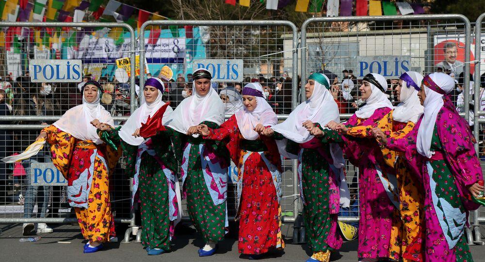 """DBP Eş Genel Başkanı Saliha Aydeniz, """"Ne yaparlarsa yapsınlar, ne kadar zulüm etseler de ne kadar ötekileştirseler de yok saysalar da bugün kadınlar alanlarda özgürlüğü, tecride karşı direnişi, bağımsızlığı, barışı, demokrasiyi haykırıyorlar. Bütün dünyada kadınlar direniyor, Kürdistan'da, Ortadoğu'da, Türkiye'de kadınlar direniyor açıklamasını yaptı."""