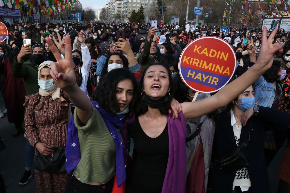 """Aydeniz: Kadın katliamlarına karşı, yok saymaya karşı, tecride karşı mücadele etmeye devam edeceğiz. İktidarlara, kadınları yok sayanlara, eksik görenlere seslenmek istiyoruz: Kadınların mücadelesi sizin bitişiniz olacak, özgür bir toplumun inşası olacak""""."""